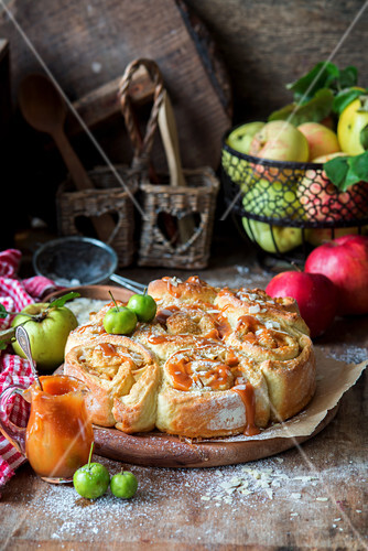 Apfelbrötchen mit Karamellsauce