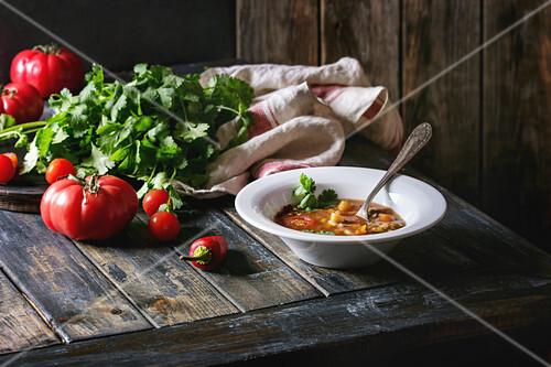 Vegetarische Gemüsesuppe mit Karotten, Tomaten, Erbsen und Kartoffeln