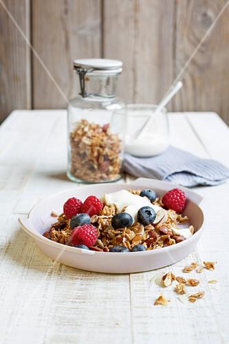 Crunchy spelt muesli with fresh berries