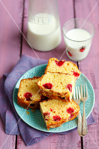 Yeast cake with raspberries