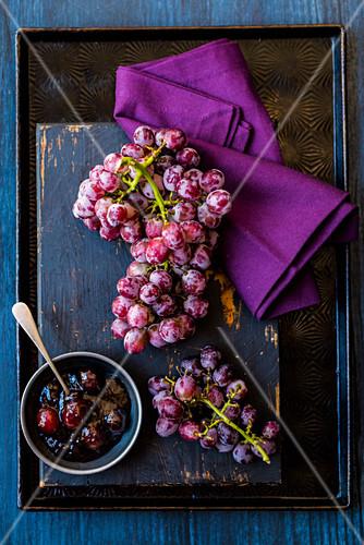 Rote Trauben mit Traubenmarmelade