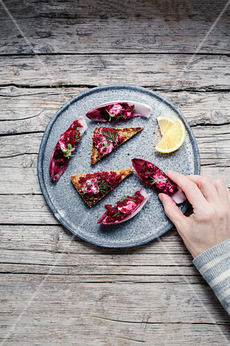 Wholemeal bread and chicory boats with beetroot tartare