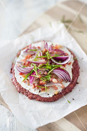 Low Carb Flammkuchen mit Rote-Bete-Sonnenblumenkernboden, Schmand, Bacon und Zwiebeln