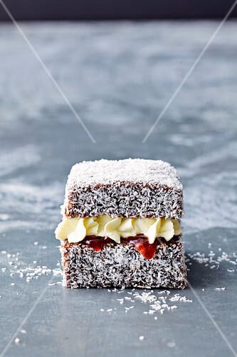 Lamington (Kuchenwürfel, Australien) mit Marmelade und Vanillecreme