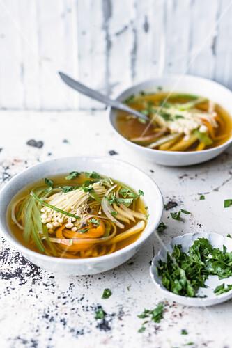 Scharfe Suppe mit Gemüsenudeln und Enoki