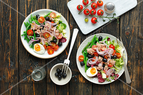 Salad with tuna, green bean, tomato and egg