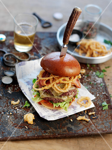 A 'bad boy burger' with cheese and onion rings (USA)