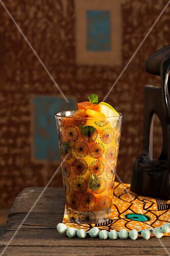 Aperitif mit exotischen Früchten und Gin (Afrika)