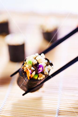 Quinoa-Sushi mit Avocado und Gemüse