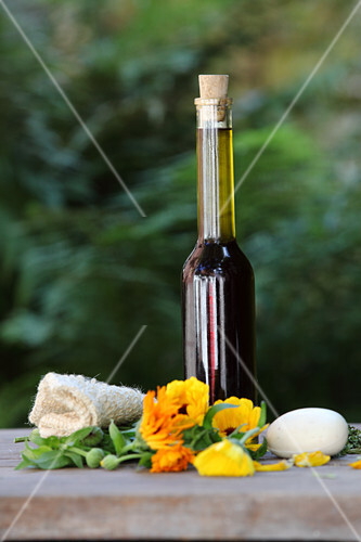 Hemp oil with marigolds and camomile for the skin