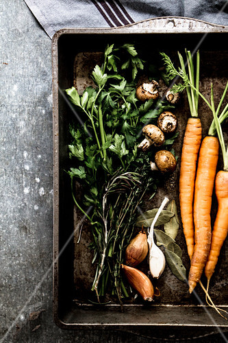 Karotten, Pilze, Rosmarin, Knoblauch, Petersilie und Lorbeerblätter