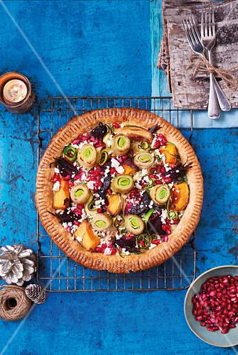 Vegetarische Christmas Pie mit Zucchini, Butternusskürbis, Rote Bete, Lauch, Feta und Granatapfelkernen