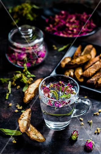 Tee mit getrockneten Kräutern und Rosenblättern