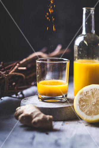 Detox-Ingwer-Shots mit Ingwersaft, Orangen-, Zitronensaft, Kurkuma und Chili