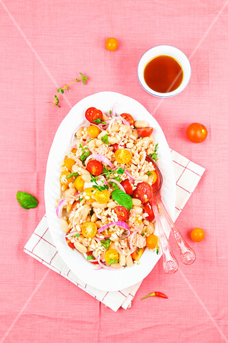 Cold barley salad with cannellini beans, tuna and cherry tomatoes