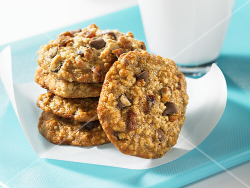 Oatmeal and date biscuits with chocolate chips