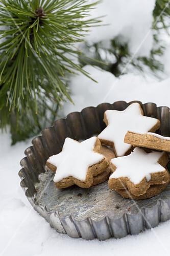 Cinnamon stars in a vintage tart tin in the snow