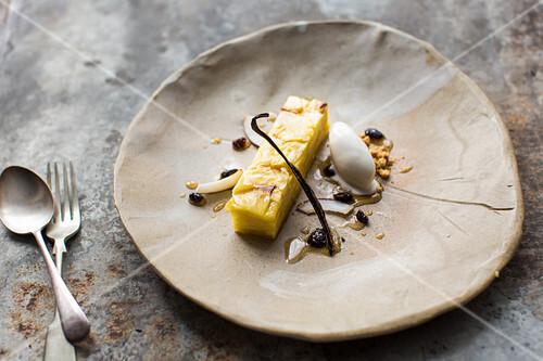 Gebratene Ananas-Terrine mit Kokossorbet (vegan)