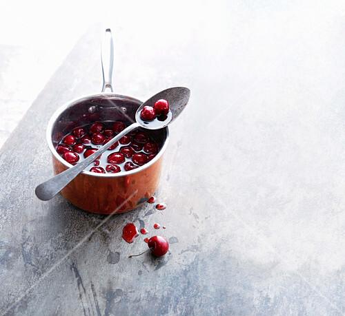 Kirschen-Portwein-Sauce im Kupfertopf