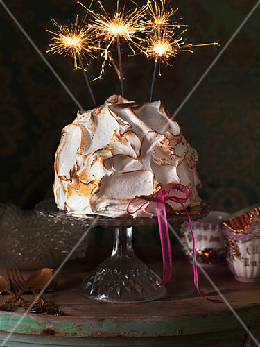 Surprise cake with sparklers for the New Year's Eve party