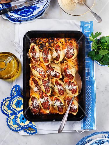 Nudelauflauf mit Tomatensauce und Parmesan