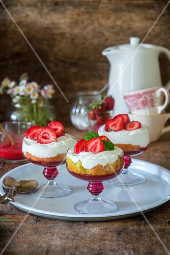 Erdbeer-Trifle mit Gelee, Biskuit und Sahne