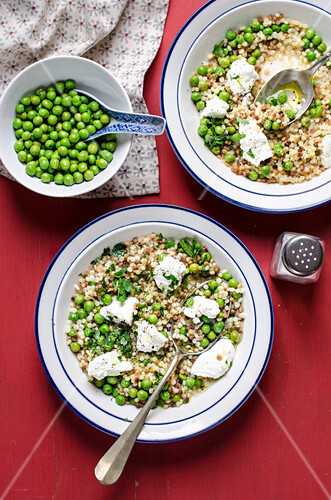 Fregola (sardinian pasta) with peas and ricotta