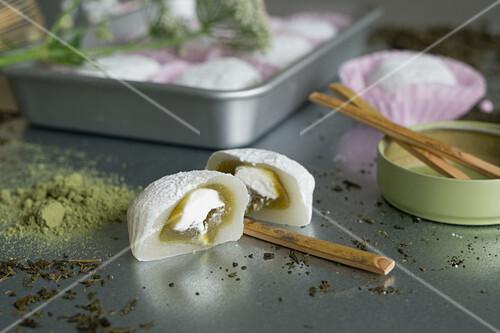 Mochi gefüllt mit Matchacreme und weißer Bohnenpaste