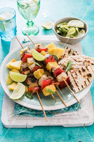 Hähnchen-Ananas-Paprika-Spieße mit Pitabrot und Zucchinisalat