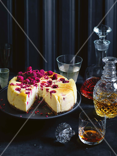 Baked cheesecake with white chocolate and raspberries