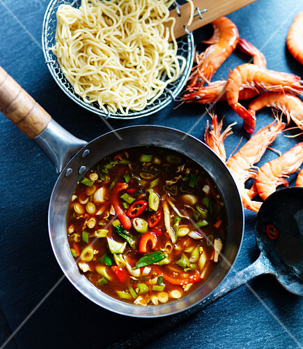 Vegetable sauce with peppers and spring onions, king prawns and noodles (Thailand)