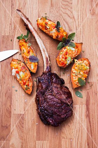 Gegrillte Dry Aged Tomahawk-Steaks mit Süßkartoffeln