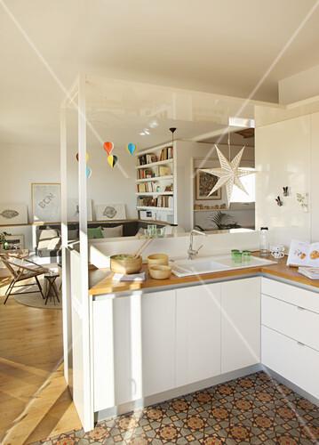 Offene Küche mit gemustertem Boden zum Wohnzimmer – Bild kaufen ...