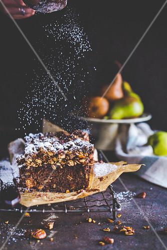 Gewürzbirnen-Melasse-Kuchen mit Crumble und Puderzucker