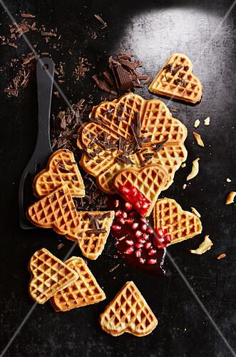 Waffeln mit geraspelter Schokolade und Granatapfelkernen (Aufsicht)