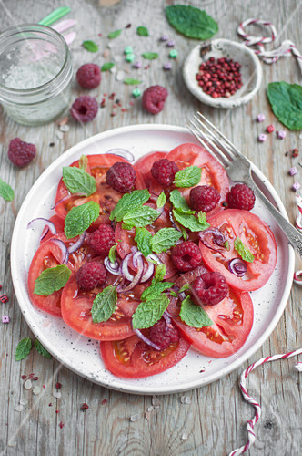 Summer salad with tomatoes, raspberries, red onion and mint