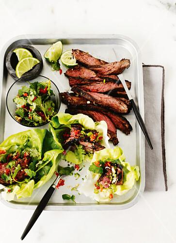 Skirt Steak mit Gochujang-Glasur in Salatblättern (Asien)