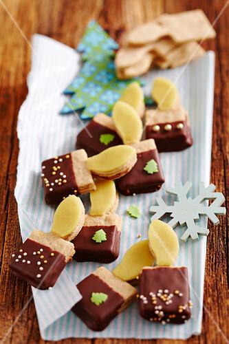 Weihnachtskerzen-Plätzchen mit Nussnougat und Marzipan