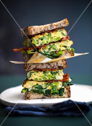 Sandwiches mit Lauchzwiebel-Bacon-Frittata und gebratenen Kräutern