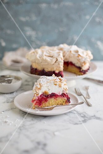 Louise cake with plum, coconut and meringue (New Zealand)