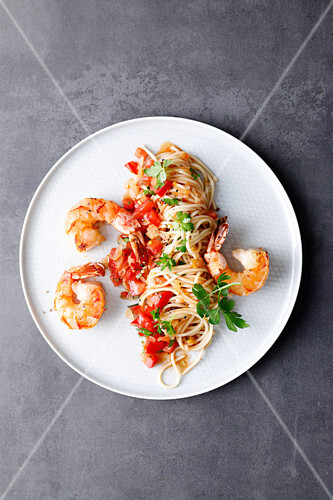 ONe-pot spaghetti with tomatoes and king prawns