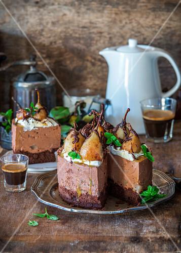 No-Bake-Käsekuchen mit pochierten Birnen, Biskuit und Schokoladenmousse