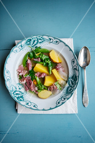 Vegetable broth with turnips and pork