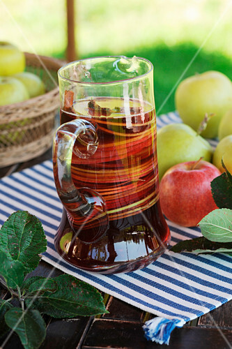 Autumnal sangria with apple