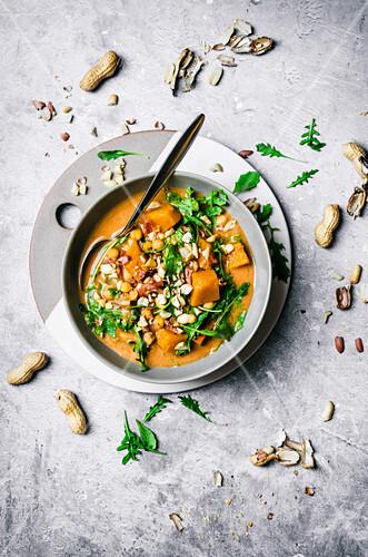 Afrikanische Kürbissuppe mit Erdnüssen und Rucola (vegan)