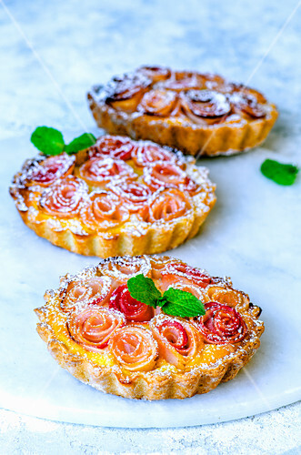 Sand mini tarts with roses made from apple slices