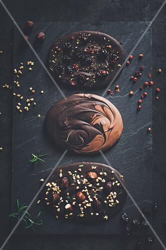 Selbstgemachte Bruchschokolade mit Nüssen, Krokant, Beeren und Pfeffer