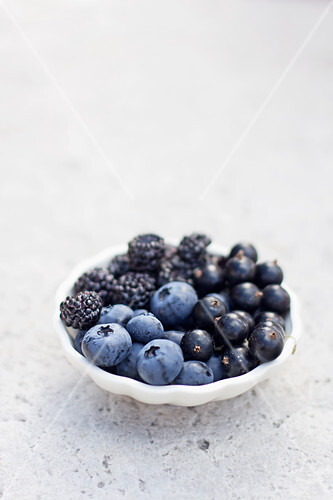 Blueberries, blackcurrants and blackberries in a bowl