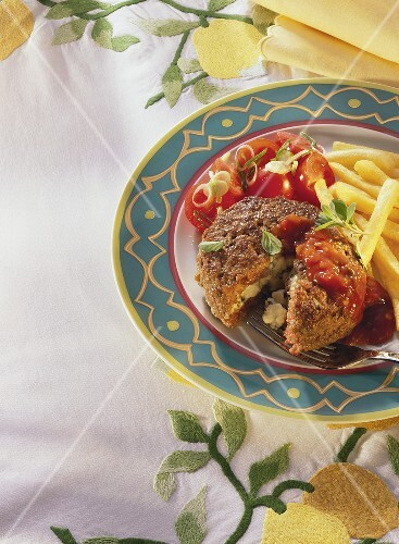 Stuffed frikadeller with chips and tomato salad