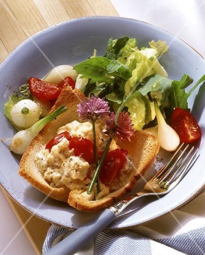 Toast, scrambled egg, tomatoes & lettuce leaves (toast cups)